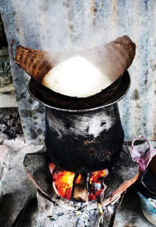Cách dùng chõ để nấu xôi nếp Lào