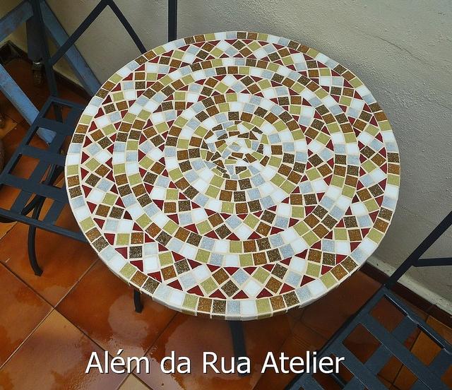 Tampo de mesa de mosaico by ALÉM DA RUA ATELIER/Veronica Kraemer, via Flickr