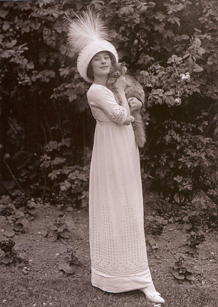 1911 - Anna Pavlovna and her cat