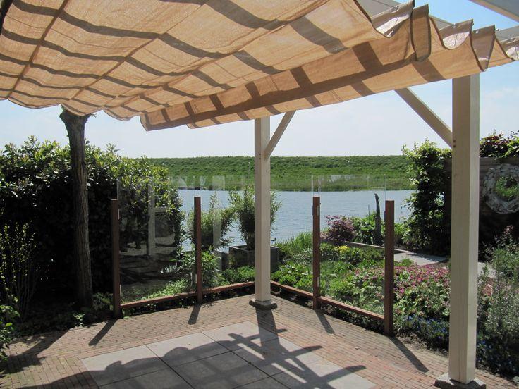 Dezelfde pergola van onder af gezien het doek is onder de balken doorgetrokken als een gordijn - Pergola met dak ...