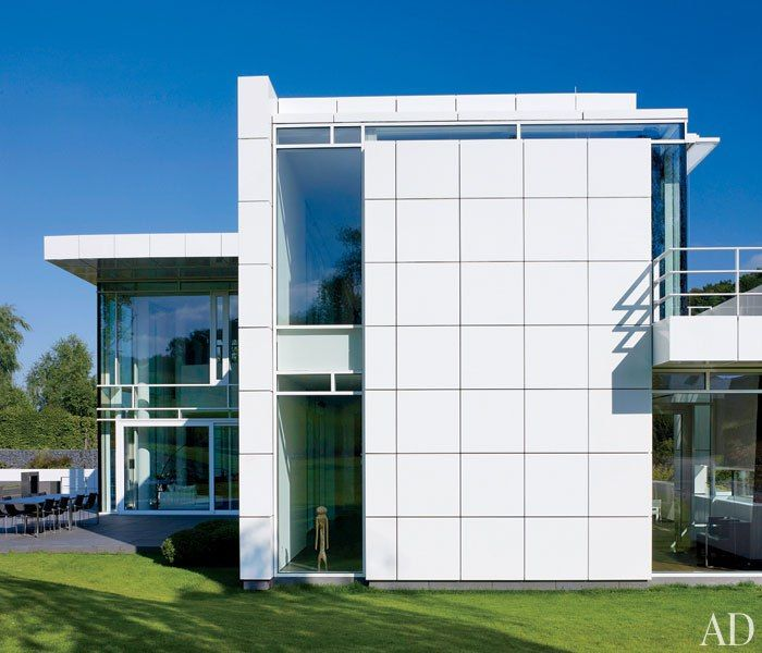 Exterior richard meier designs a minimalist home in for Luxembourg house