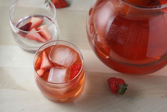 Strawberry-Rosé Spritzer | Things to drink *wink* | Pinterest