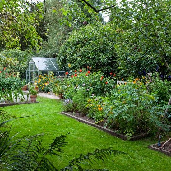 Country vegetable garden growing herbs fruit for Country vegetable garden ideas