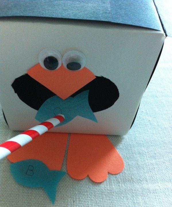 Une jolie boîte pingouin à faire soi-même (suivez le lien pour la télécharger). Avec une paille, on aspire des poissons en papier pour donner à manger au pingouin.