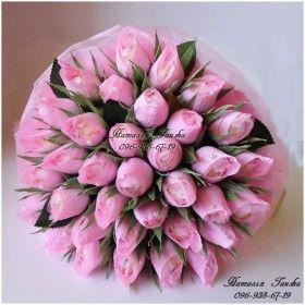 Букет бутонов роз из конфет и гофрированной бумаги своими руками 8