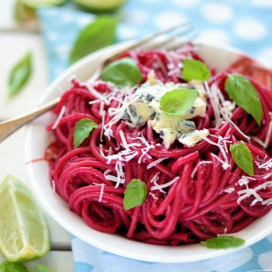 Spaghetti with pesto beet and blue cheese. (in Polish with translator)