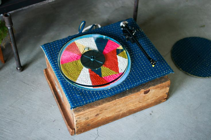 Adam Pogue's knitted turntable featured on OLD BRAND NEW. @Silvana Mello - pensei de vc! <3