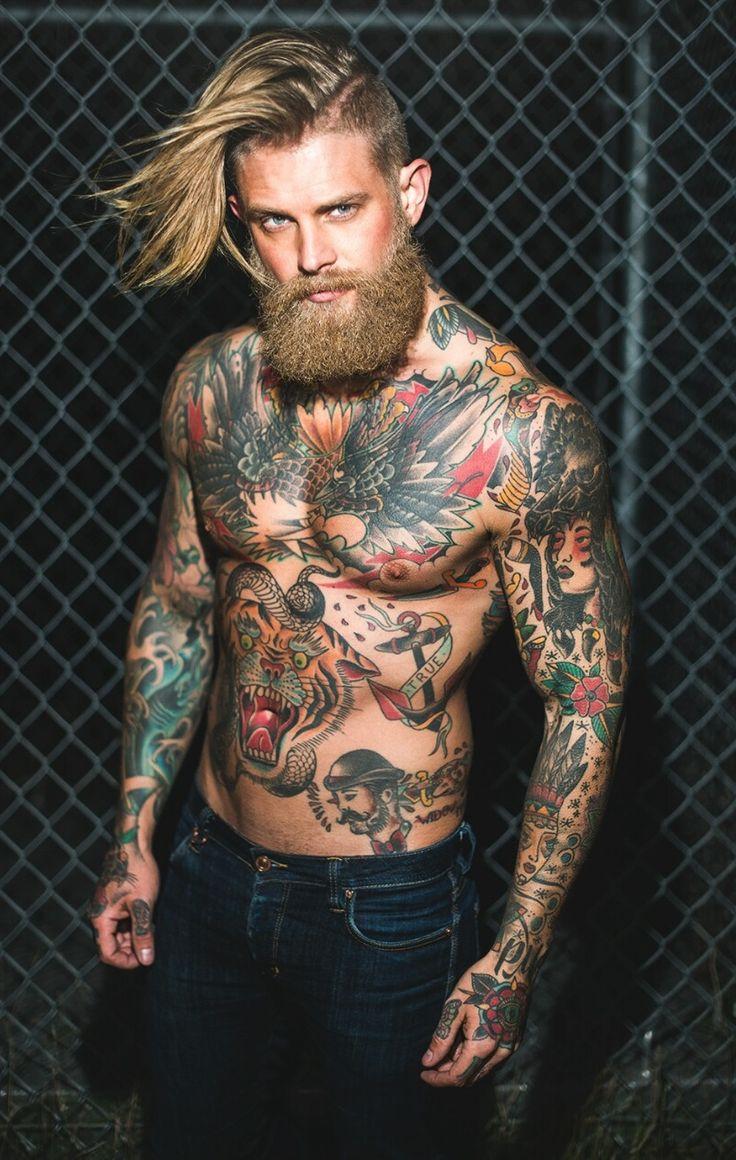 Американский мужчина в тату