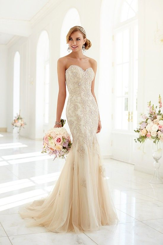 Beautiful bridal gown, vintage style yet modern.