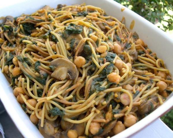 Harissa Spaghetti with Spinach, Mushrooms and Chickpeas #pasta