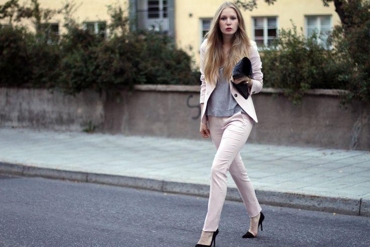 Blogger Fashion Squad in pink Zara suit, black Zara pumps