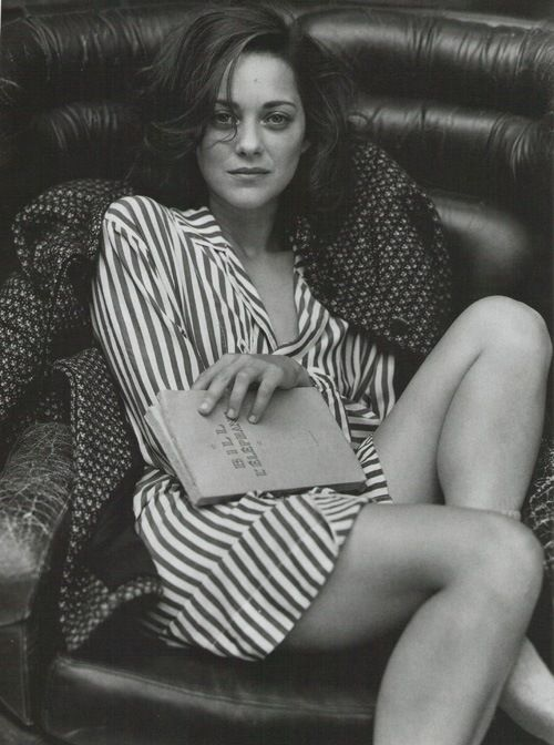 Only a French woman could look like this while reading. Actually, only Marion Cotillard.