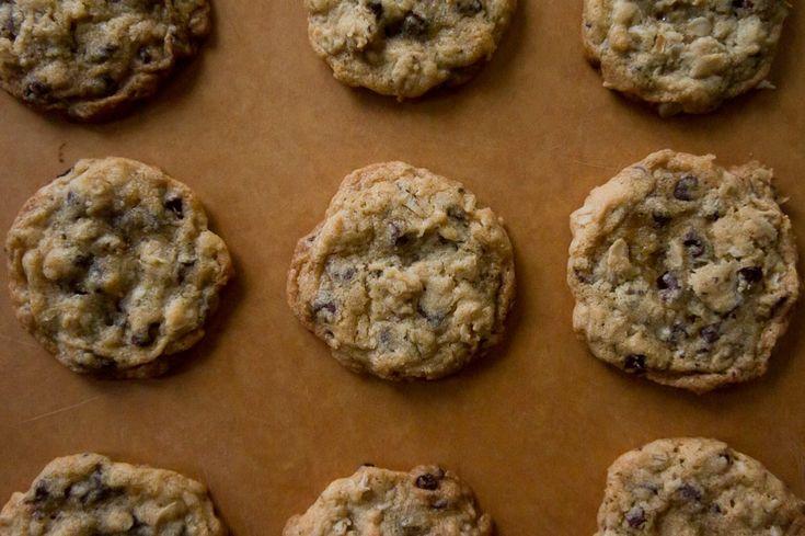 Crispy, Chewy, Oatmeal Chocolate Chip Cookies | FoodHappy