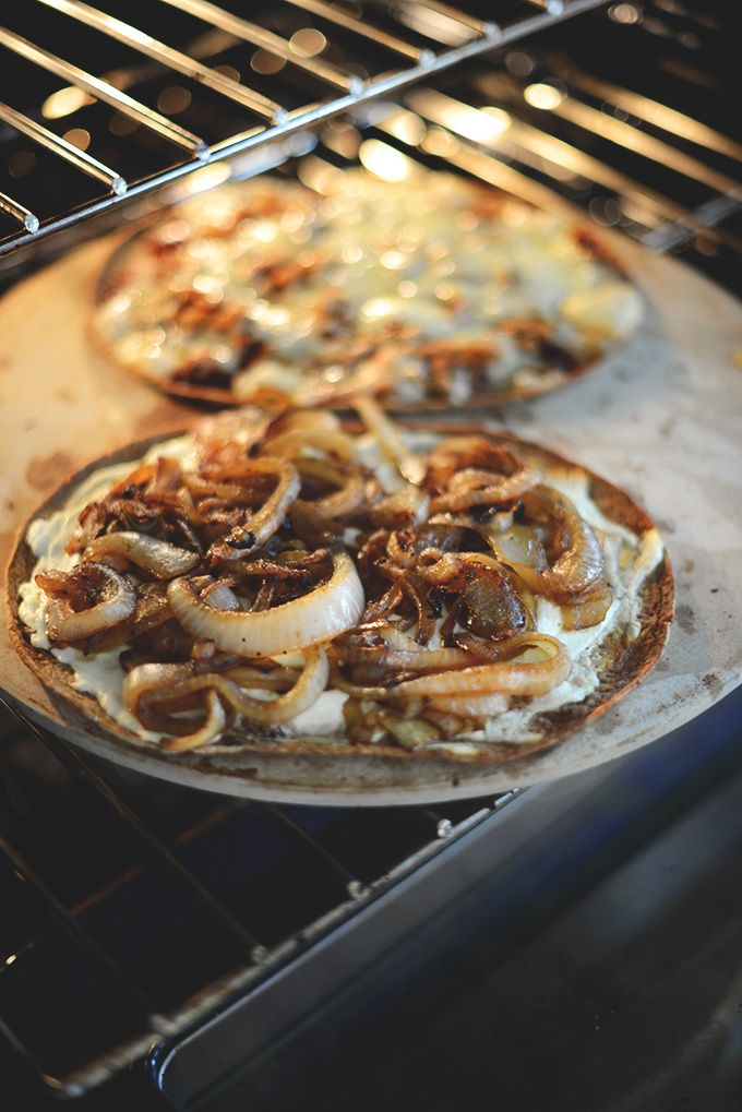 Caramelized Onion & Goat Cheese Flatbread | minimalistbaker.com