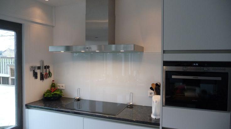 Glazen Achterwand Keuken Ikea : Glazen spatwand voor in de keuken. Deze is gemaakt met een witte