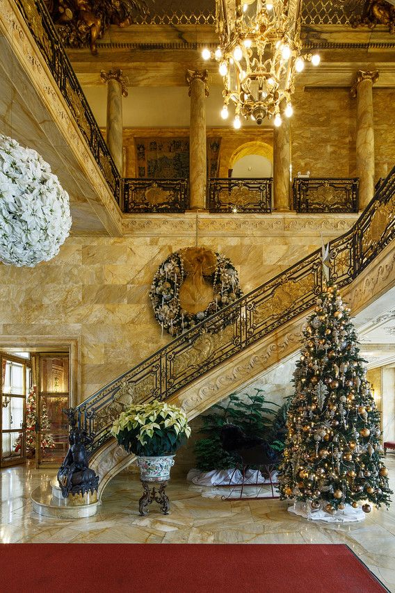 Christmas castles - Luxury homes decorated for christmas model ...