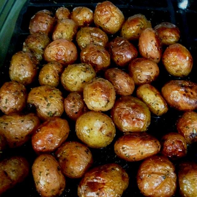 Rosemary and garlic roasted potatoes | Yummy Recipes | Pinterest