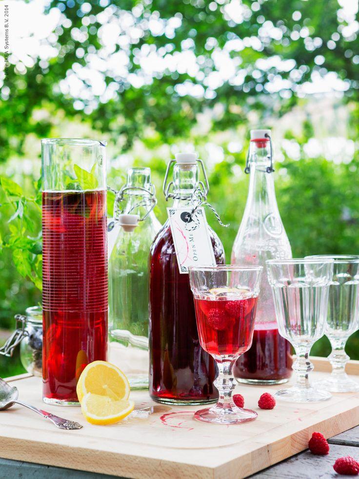 Svalkande hallonsaft i STOCKHOLM karaff, KORKEN flaska och POKAL vinglas.