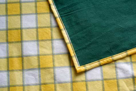 Such a simple / inexpensive idea!  Make your own picnic/stadium blanket!