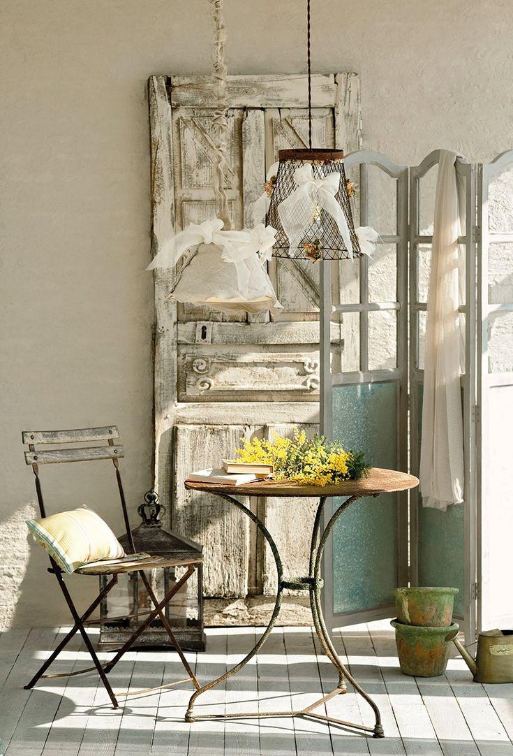 Convierte una papelera de rejilla en una lámpara de techo.