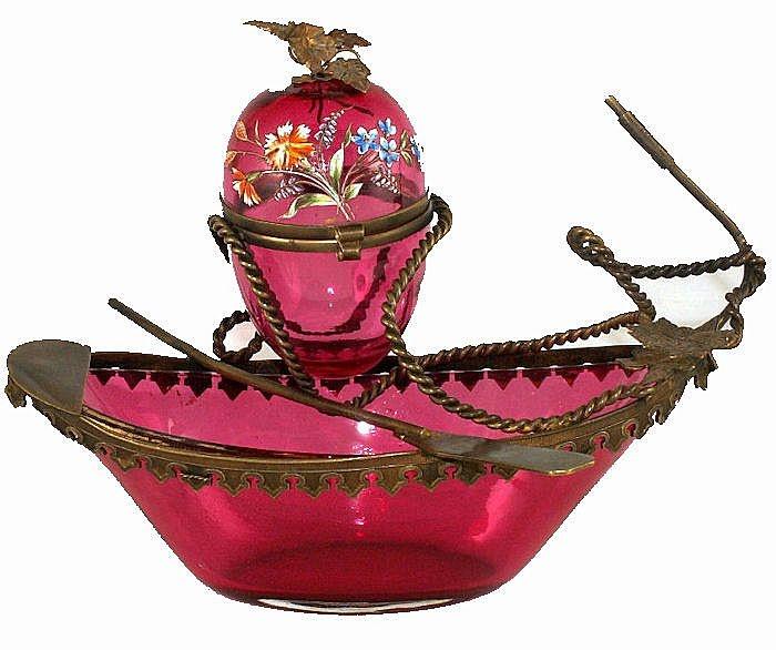 19 в.  Клюква стекла и бронзовая лодка с яйцом ETUI