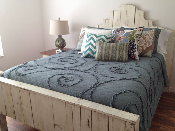 Queen pallet bed in distressed white pallet furniture for White pallet bed