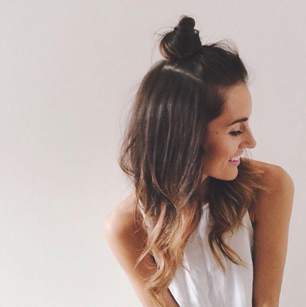 Прическа с пучком на затылке с распущенными волосами