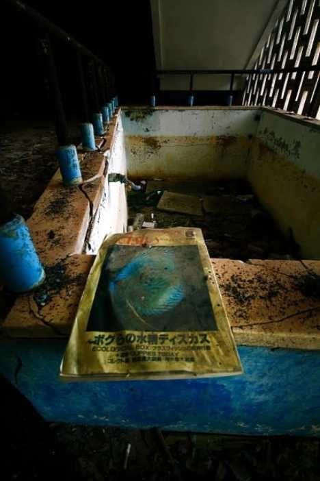 Abandoned Saikaibashi Public Aquarium (The aquarium?s decaying ...