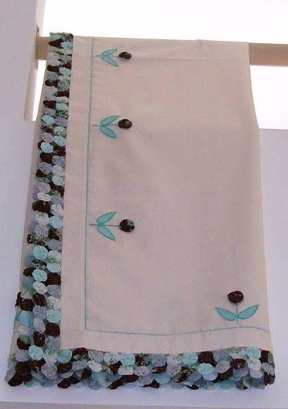 Toalha de mesa com fuxico e aplicação de bordado.