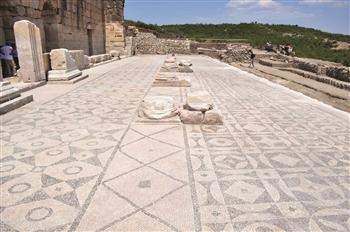 The excavations of the ancient city of Kibyra in the southwestern province of Burdur, known for its history of gladiators, were completed last week. Şükrü Özdoğru, an archeologist working in the city, said they had found a new odeon, roads and mosaics in the city. The team also restored the ancient city's walls and some of the buildings and excavated an ancient water system in the city, which shows the lifestyle of the society that lived there.