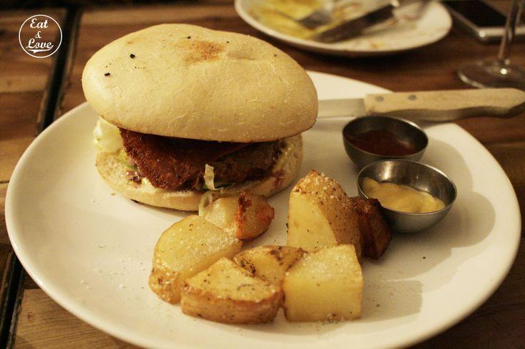 Hamburguesa clásica con mayonesa al curry y cebolla caramelizada - Blanca 6 restaurante Madrid