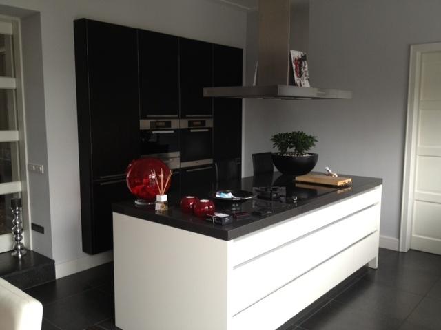 Keuken Kastenwand Met Nis : gelakte keuken met weng? houten zwevende kastenwand in Brandevoort