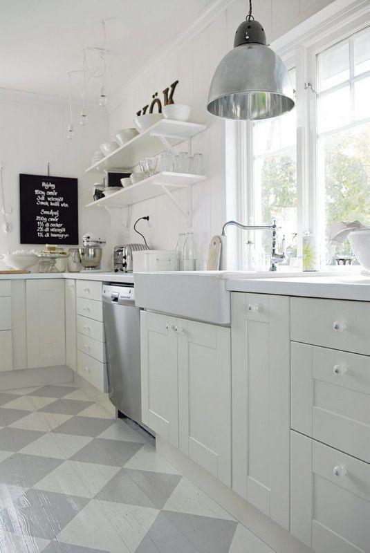 Hus i skogen: porselensvask på kjøkkenet
