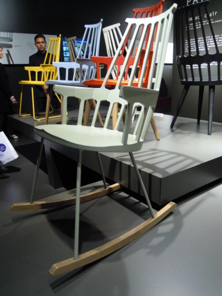krzesła Kartell Comback proj. Patricia Urquiola, perfekcyjny mix stylu i codziennego życia #stół #kartell #krzesła #kolorowe #jadalnia #jadalnie #salon #wnętrza #miejsca #stoły #białe #biel #biało #mix #drewniane #czerwony #czerwone #żółty #żółte #szary #oryginalne #płozy #na płozach