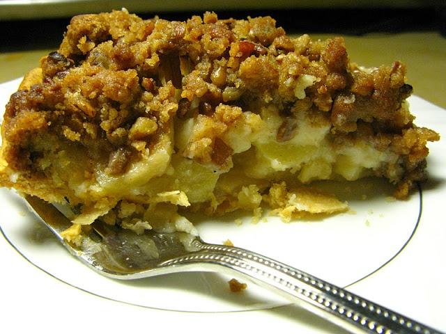 Sour Cream Apple Pie with Pecan Streusel   yum.yums.   Pinterest