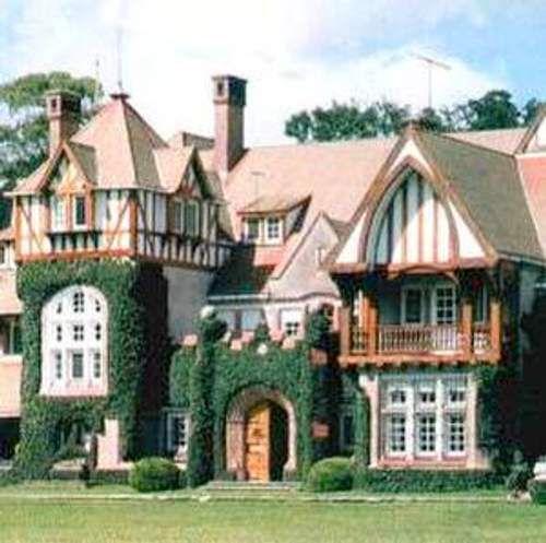 Casa con construcci n estilo tudor naturaleza y - Casas con estilo ...