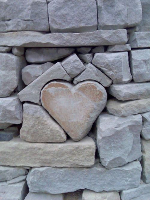 Stone wall heart accent... very cool.
