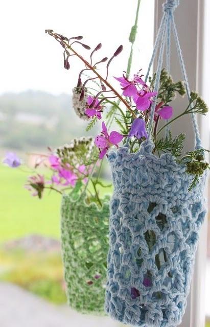 cestini per vasi di fiori realizzati all'uncinetto (lisbethsinlilleverden.blogspot.com)