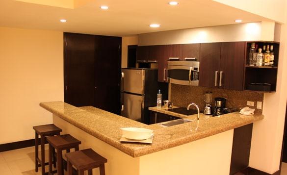 Moderna y amplia cocina con barra desayunadora aldeathai for Barras modernas