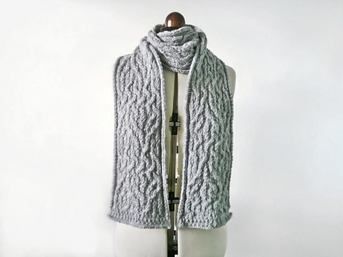 Knitting pattern for an unusual chunky cable knit scarf. http://www.ravelry.c...