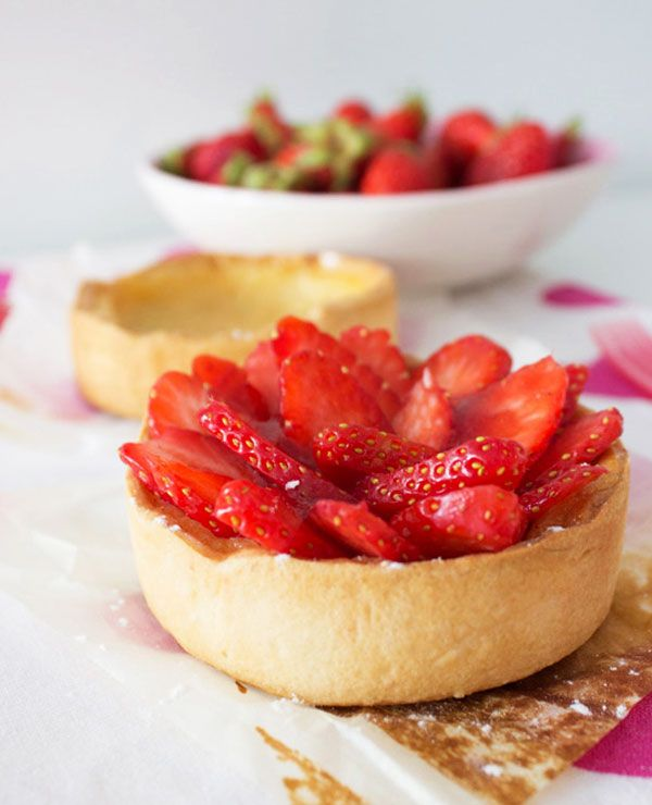 Strawberry Tart with Vanilla Pastry Cream | eatwell101.com