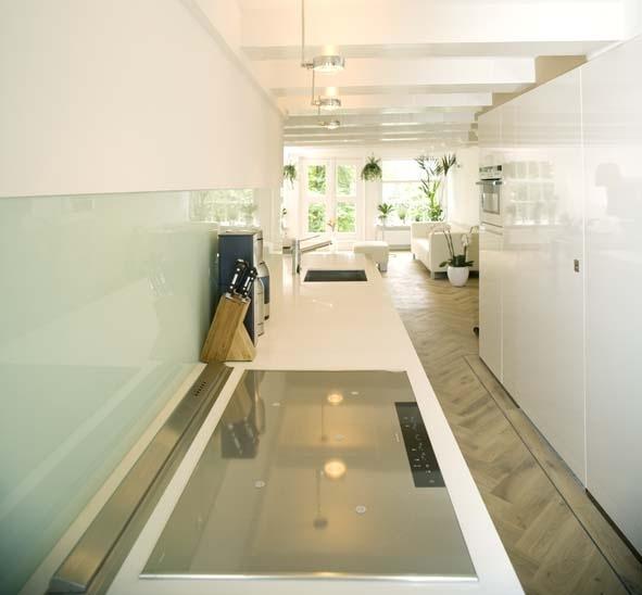 Witte keuken bij houten vloer en melkglas