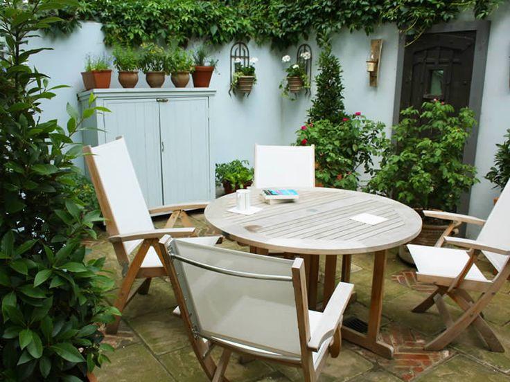 Small courtyard garden caro garden design courtyard for Small courtyard garden design pictures
