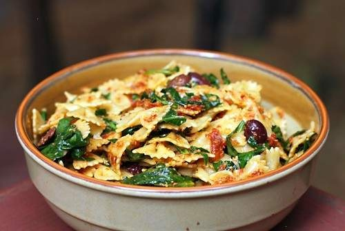 pasta with sun-dried tomato pesto, olives & spinach