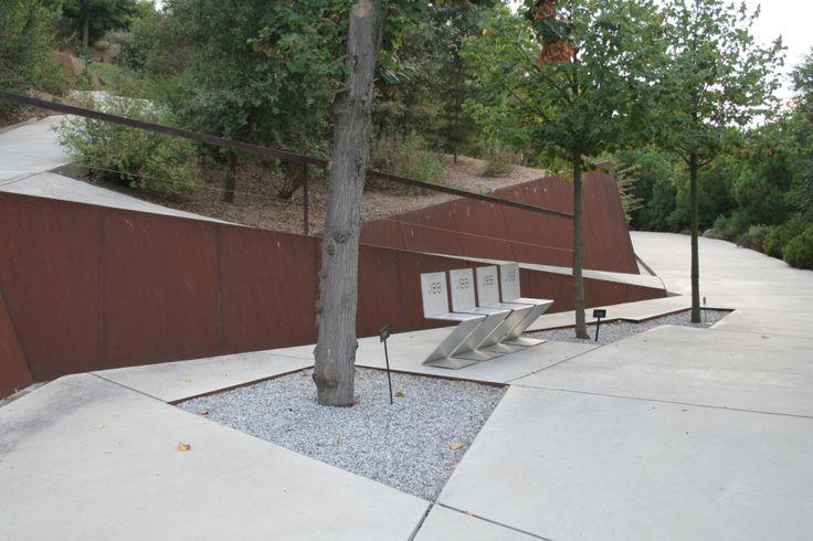 Corten steel retaining wall garden design retaining for Jardin botanique barcelone