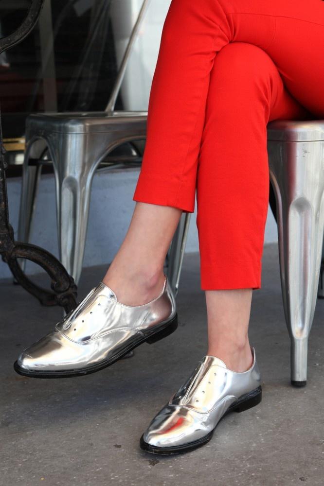 シルバーの靴とクロップドパンツ