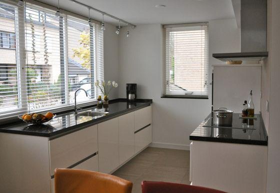 Witte hoogglans keuken met taupe muur ~ consenza for .