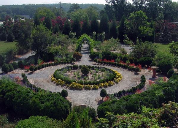 Circular garden design gardens pinterest for Circular garden designs