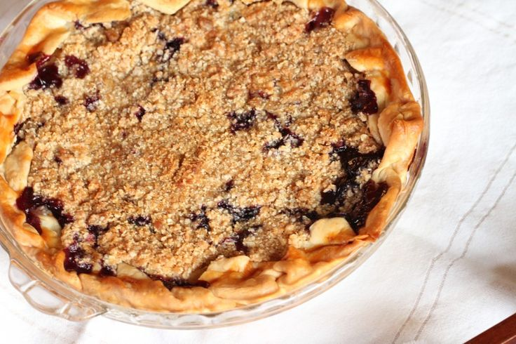 Peach and blueberry crumb pie