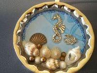 Pomocou krištáľovej živice možno vytvoriť krásne šperky,prívesky,darčeky.Na tomto mieste sú návody aj inšpirácie.